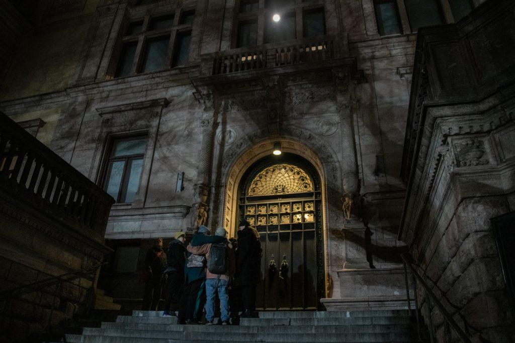 I verket Förhandlingen lyser en lampa på fasaden på Konstakademien i Stockholm.