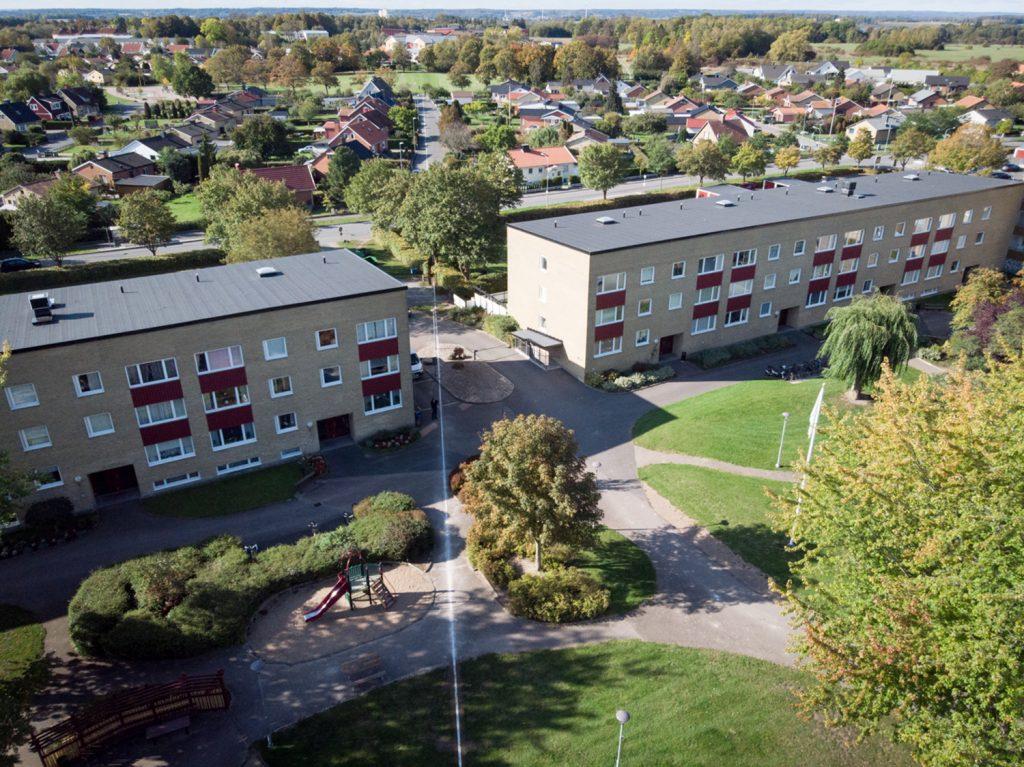Flygbild över Gamlegården i Kristianstad där konstverket Marmorlinjen finns