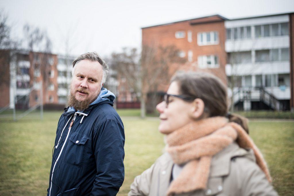 Konstnärerna Anna Högberg och Johan Tirén i bostadsområdet Gamlegården.