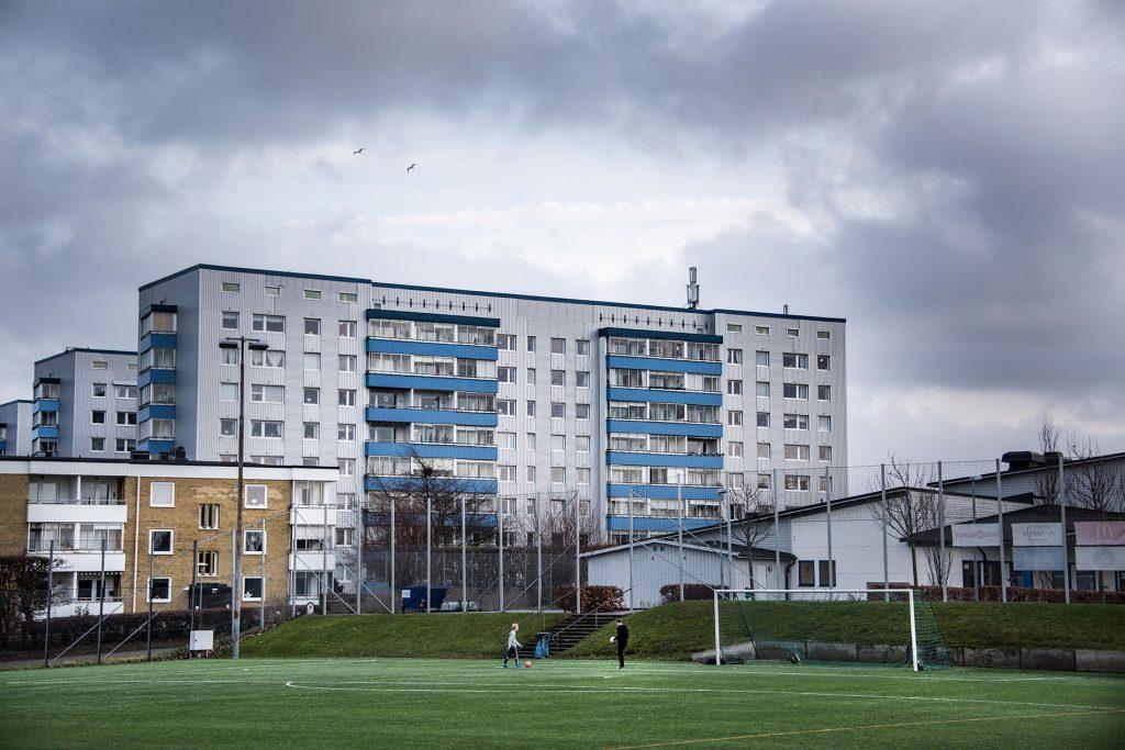 Bostadsområdet Holma. Höghus och en inhägnad fotbollsplan.