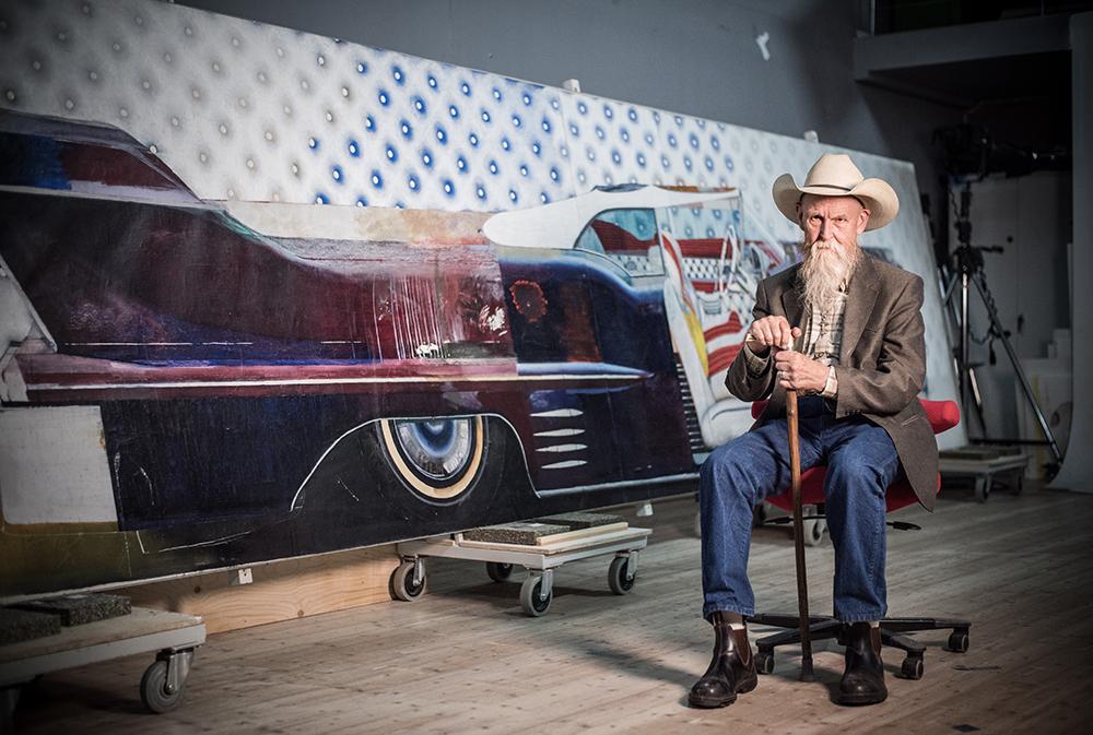 Konstnären John E Franzén framför sin målning Cadillac Eldorado