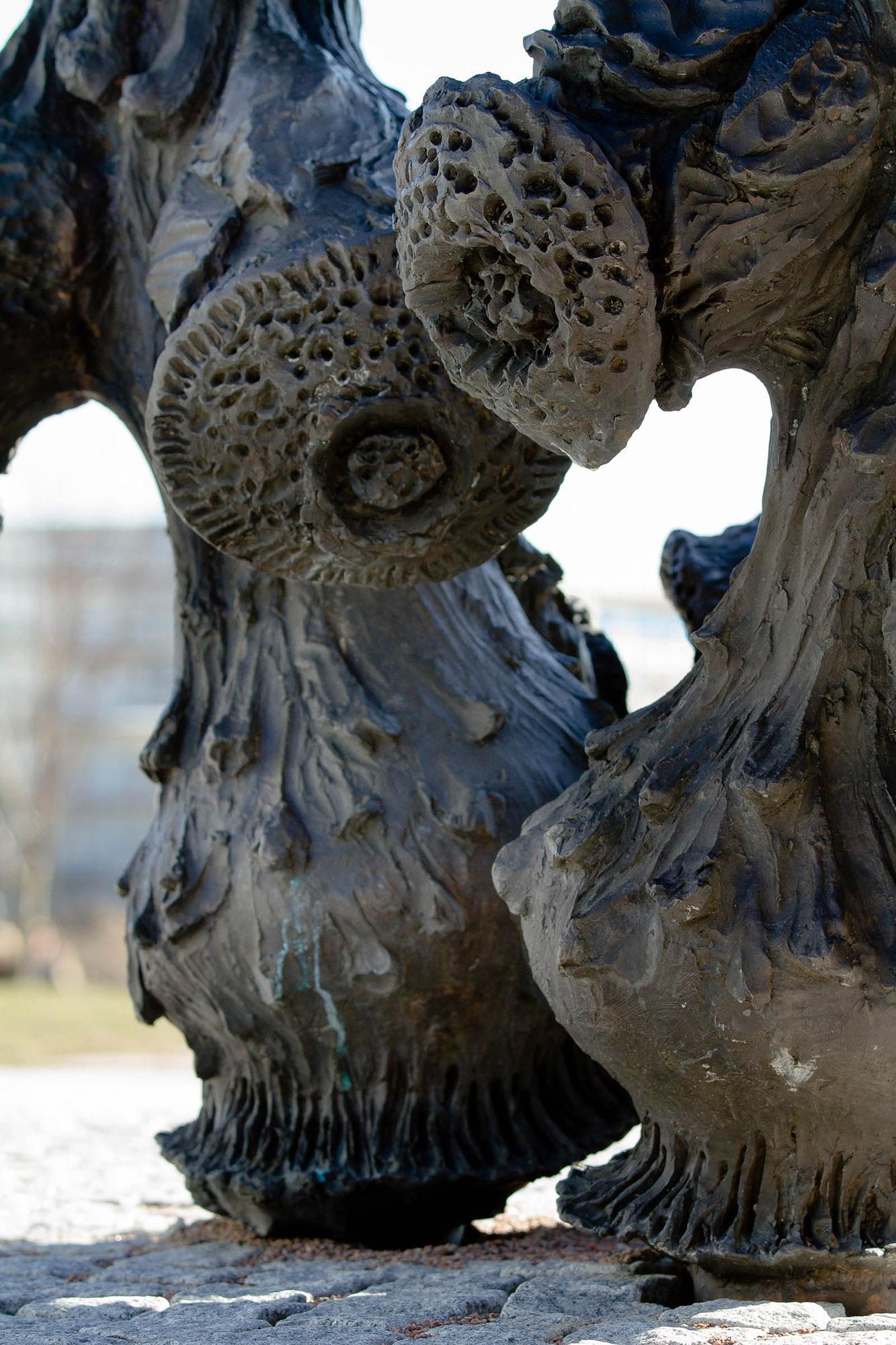 Detalj av skulpturens ojämna yta. Carl Boutard, Into The Wild (2013)