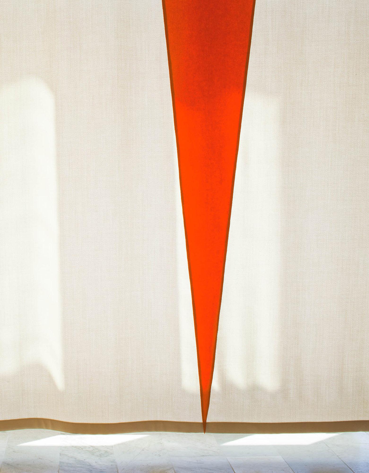 Del av ridån, i vitt och rött. Ann Edholm, Dialogos, 2013