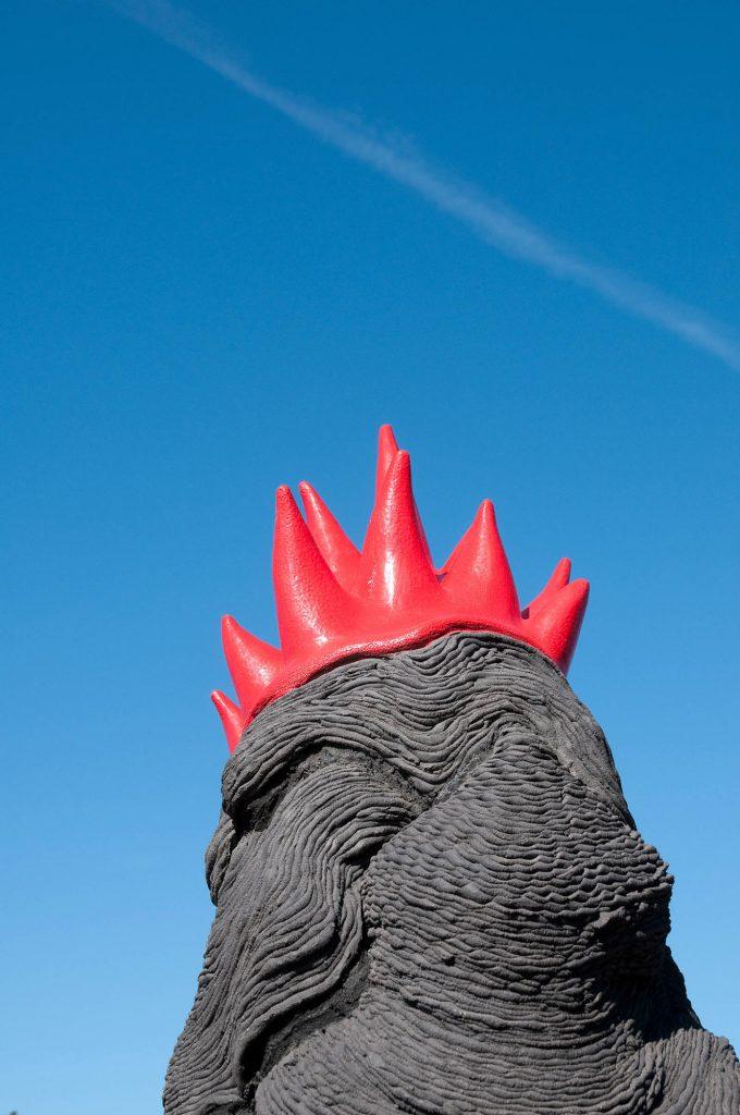 """En pösande svart lerfigur med en nedhasad rödglänsande """"krona"""". Jennifer Forsberg, En liten berättelse i tre delar"""