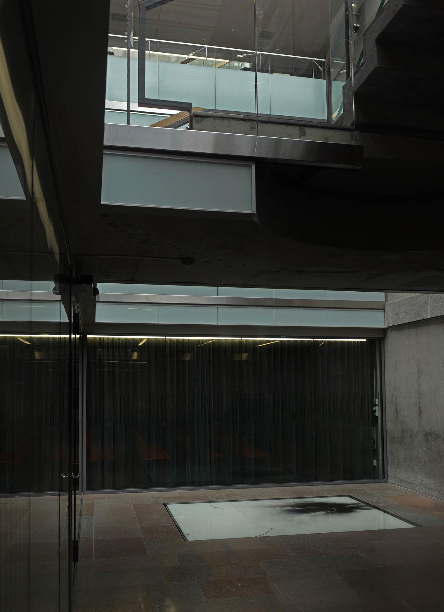 Glasplatta med utspritt kolpulver. I kolets svärta syns de vita spåren av elektricitetens framfart. Nina Canell, Impulse Slight (100 000 Volt)