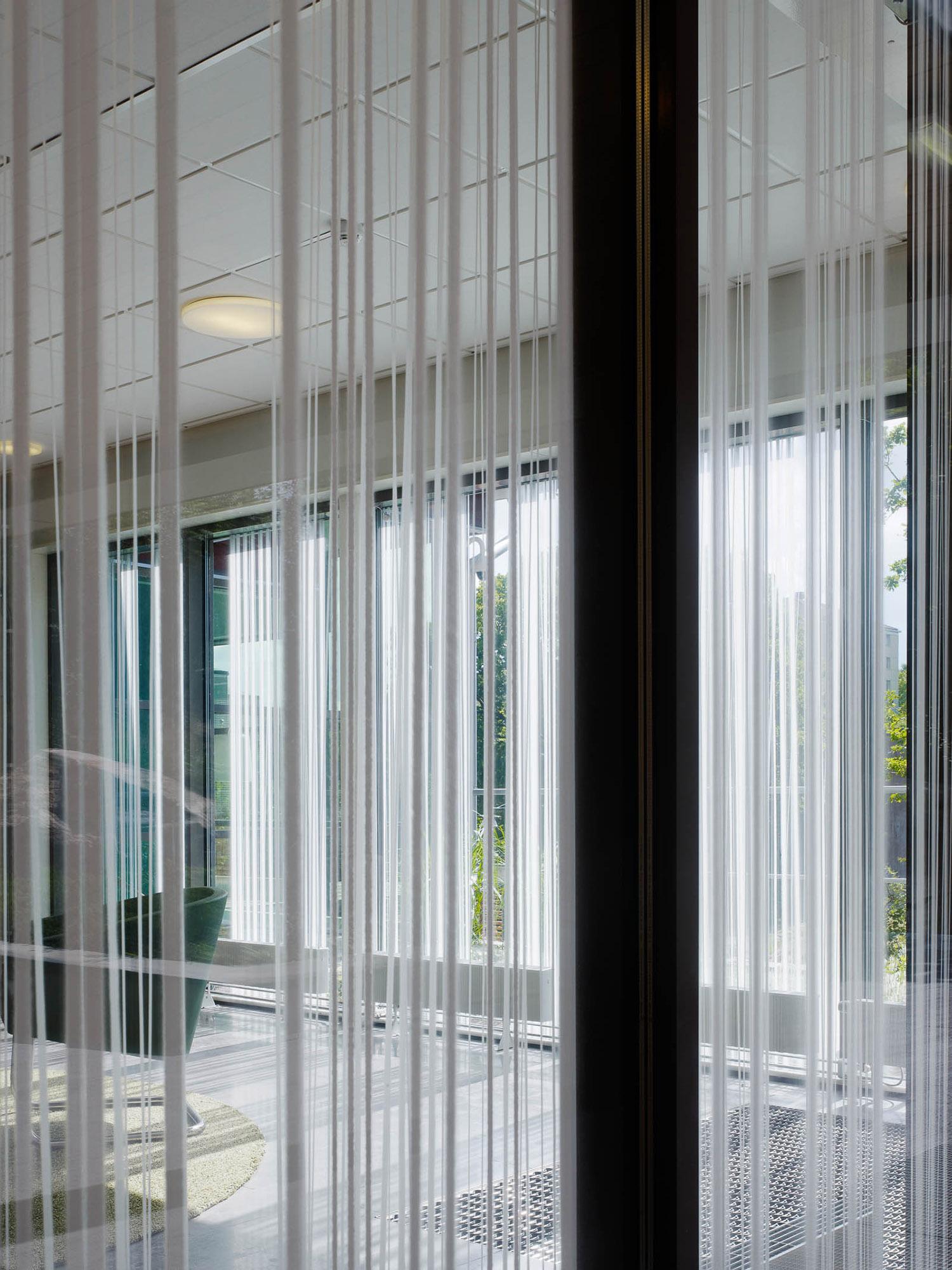 Del av glasparti. Ingegerd Råman, Crystal Curtain (2013)