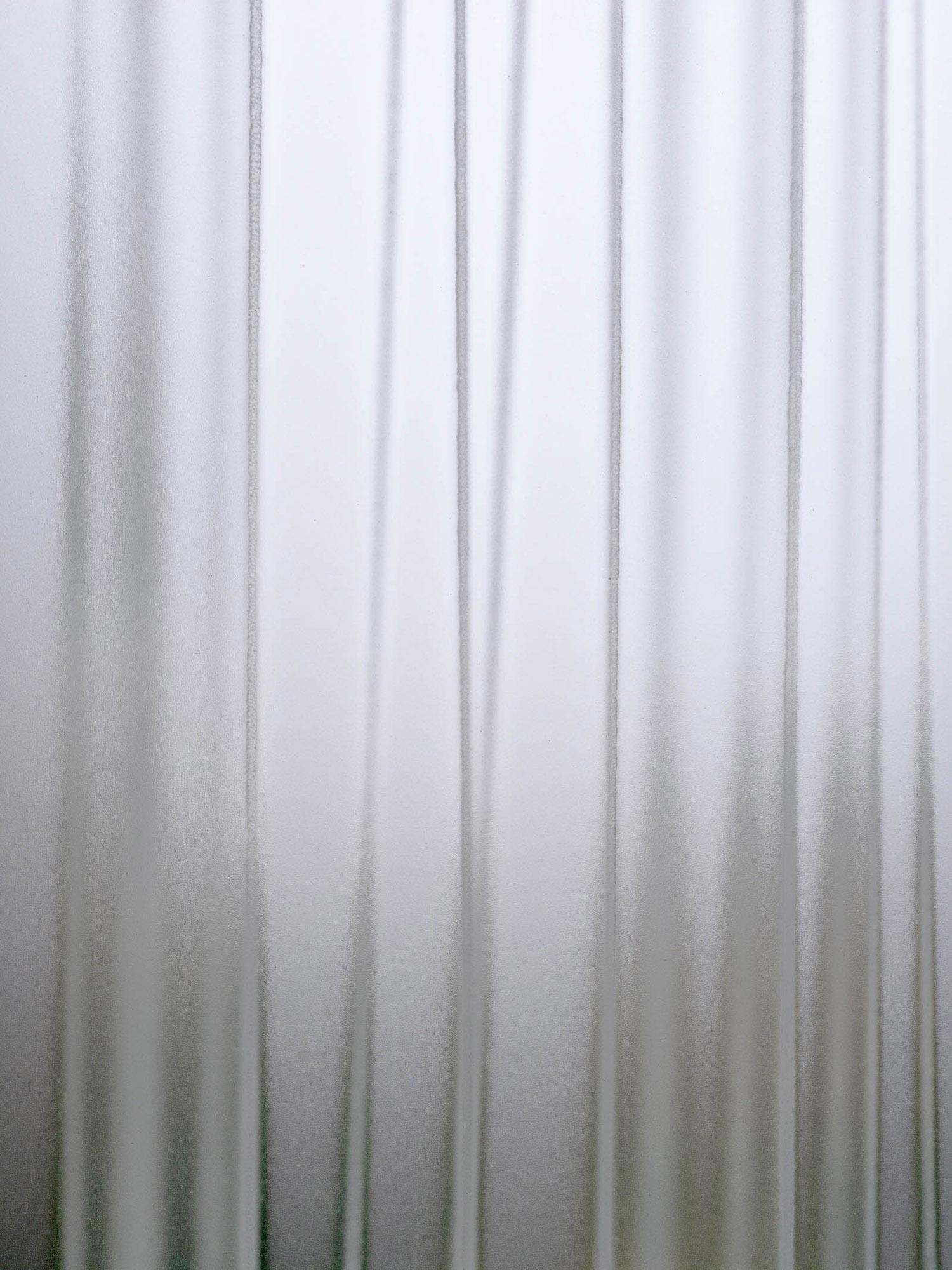 Ljuset faller genom de till dimma sandblästrade glasen med målade linjer, vita som rök. Detalj. Ingegerd Råman, Crystal Curtain (2013)