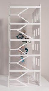 De hängda metallbanden sedda genom trapphuset. Modell.