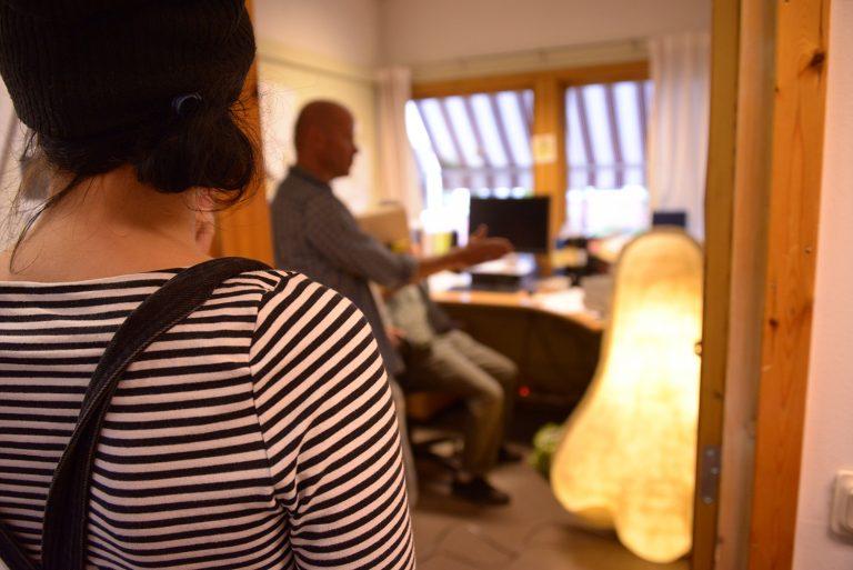 Den lysande näsan står på ett kontor i kulturhuset i Jordbro, lampan är tänd.