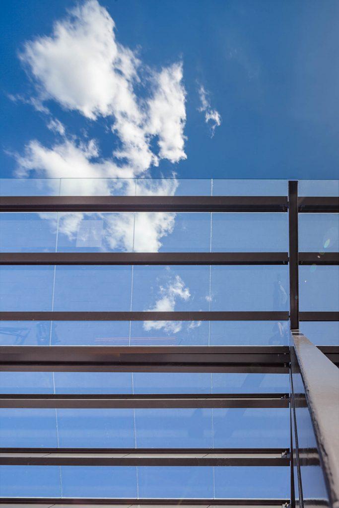 Glastaket ovanför perrongen fotat nerifrån. Himlen syns genom glaset. Magnus Carlén och Karin Tyrefors, Resecentrum i Nora, 2013