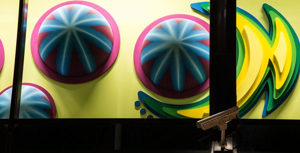 Detalj. Två- och tredimensionella bemålade former i starka färger. Anna Svensson, Tillsammans
