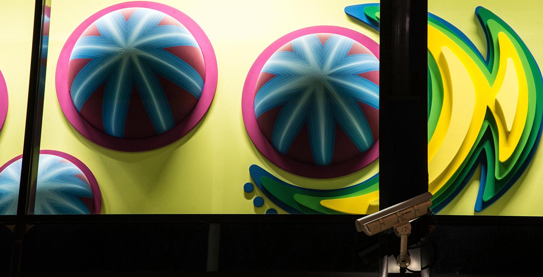 Detalj. Två- och tredimensionella bemålade former i starka färger. Anna Svensson, Tillsammans.