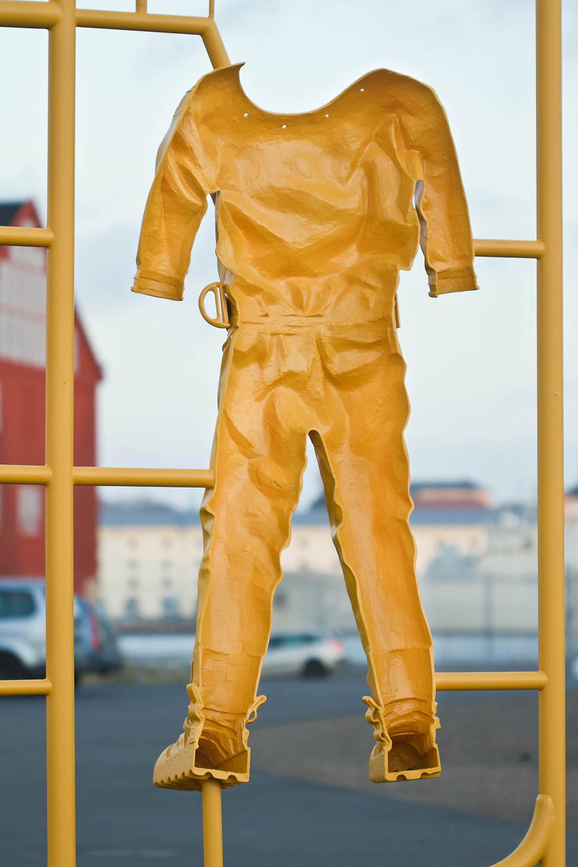 Främre halvan av en gammaldags dykardräkt, i gul plast. Del av en modellbyggsats i skala 1:1. Michael Johansson, Some Assembly Required - Hard Hat Diving