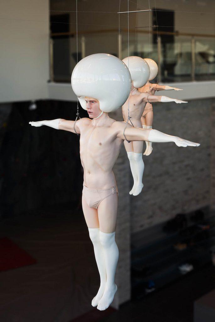 Närbild på en av skulpturerna, med indragen mage, rött ansikte och fokuserad blick. Christian Pontus Andersson, A Joyful Troop of Perfection, with crying sensitive hearts