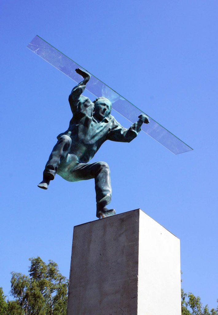Skulpturen av mannen på språng med den höjda glasskivan utstrålar energi och rörelse. Heinrich Müllner, Flyer, 2014