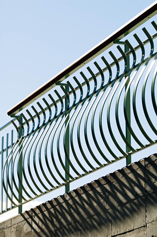 Ett välvt grönt staket gör betongkubens tak säkert att befinna sig på. Love and devotion, helhetsgestaltning av Olaus Petri-skolan