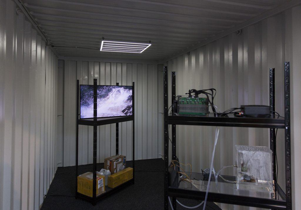 Bild på evreket. Man ser skärma i en container