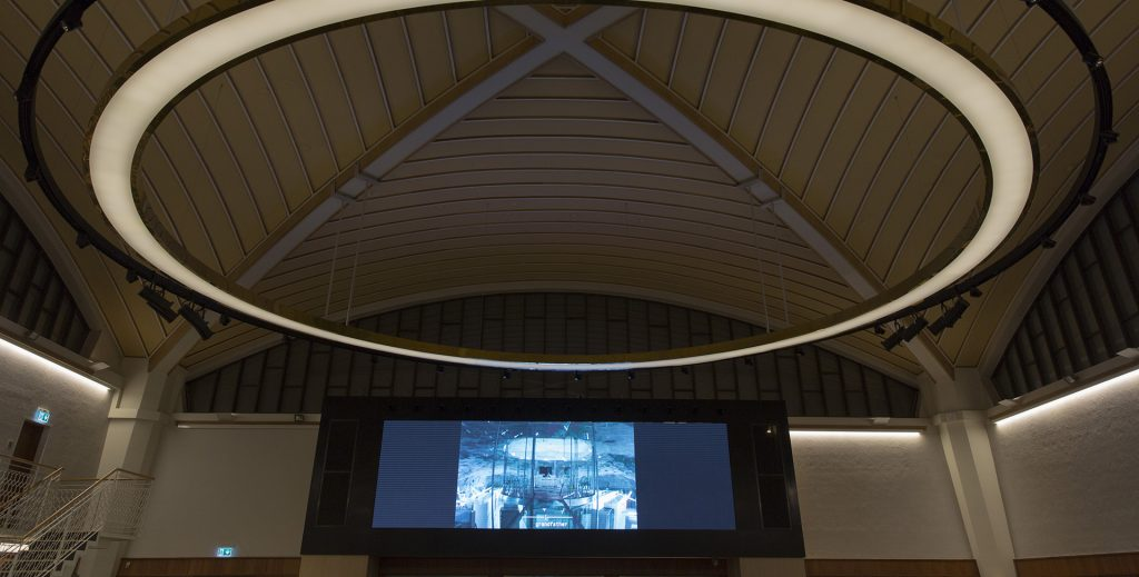 Bild på verket colocation, time displacement av Yuri Pattison. Bild på en skärm uppsatt i gamla posthuset i Luleå.