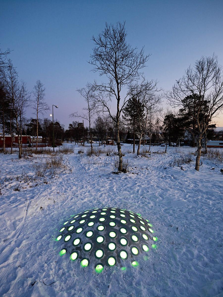 Termonodens lampor lyser gröna i halvmörkret, snön ligger tät. Markus Lantto, Termonoder, 2009