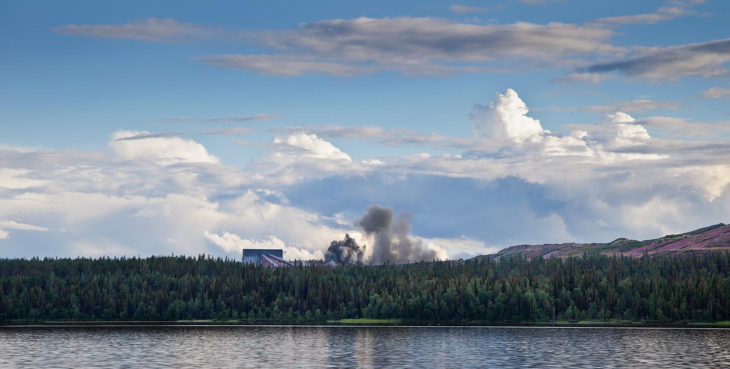 Stillbild ur verket. Himmel hav, skog och svart industrirök