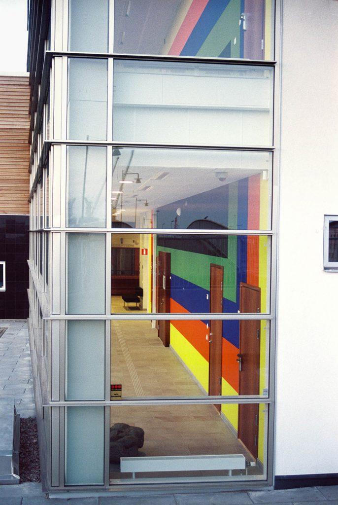 Del av verket fotat genom tingshusets glasfasad. Ann Edholm, Transire