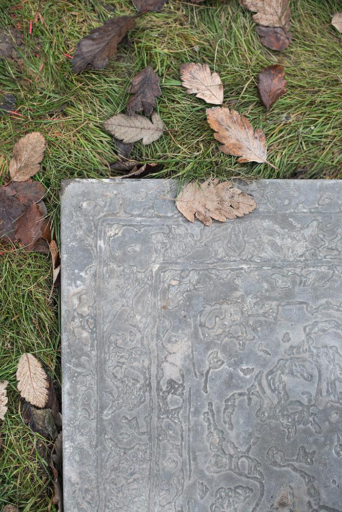 Basplattan av betong har ett mattliknande mönster. Mandana Moghaddam, Vinden bär oss med sig
