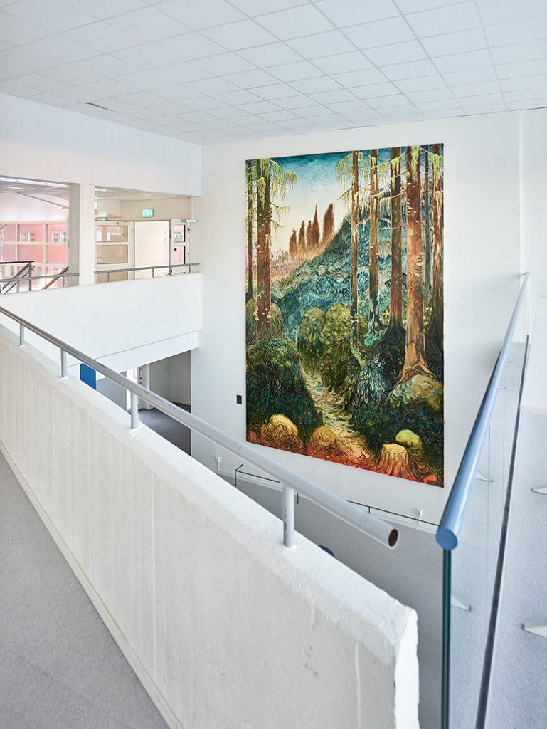 Målningen syns väl från loftgången på första våningen. Danilo Stankovic, När fåglar tystna.