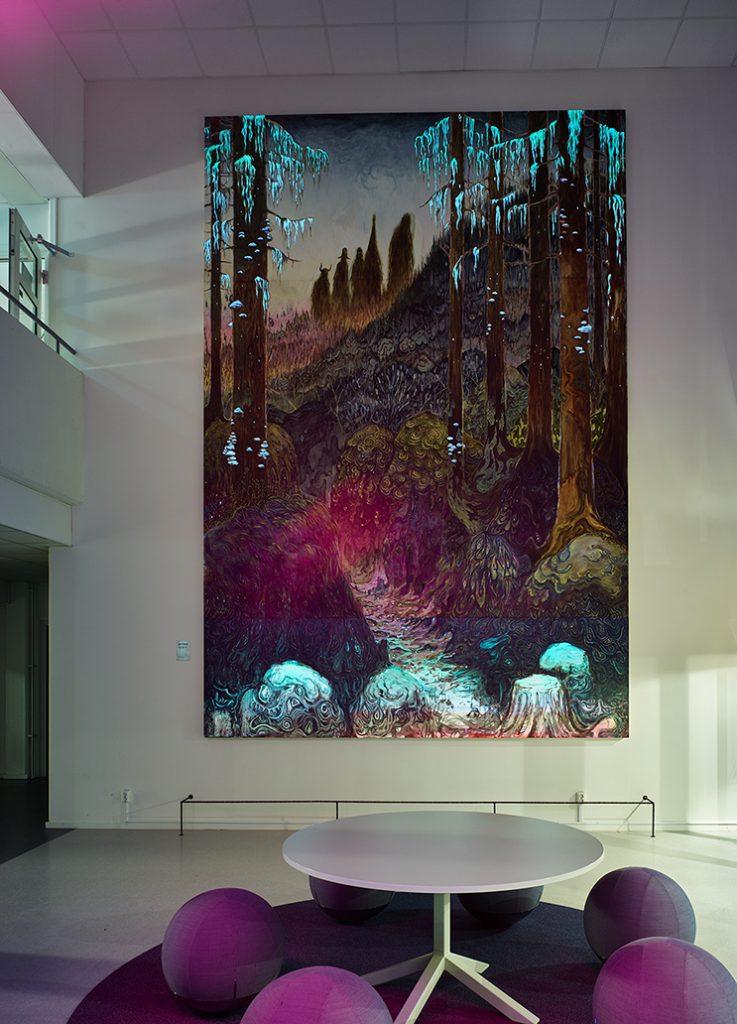 Trollskogen blir ännu trollskare i nattens fluorescerande sken. Danilo Stankovic, När fåglar tystna.