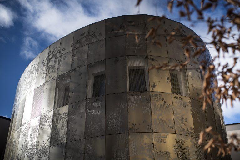 Dagsbild på på övre delen av fasaden/konstverket
