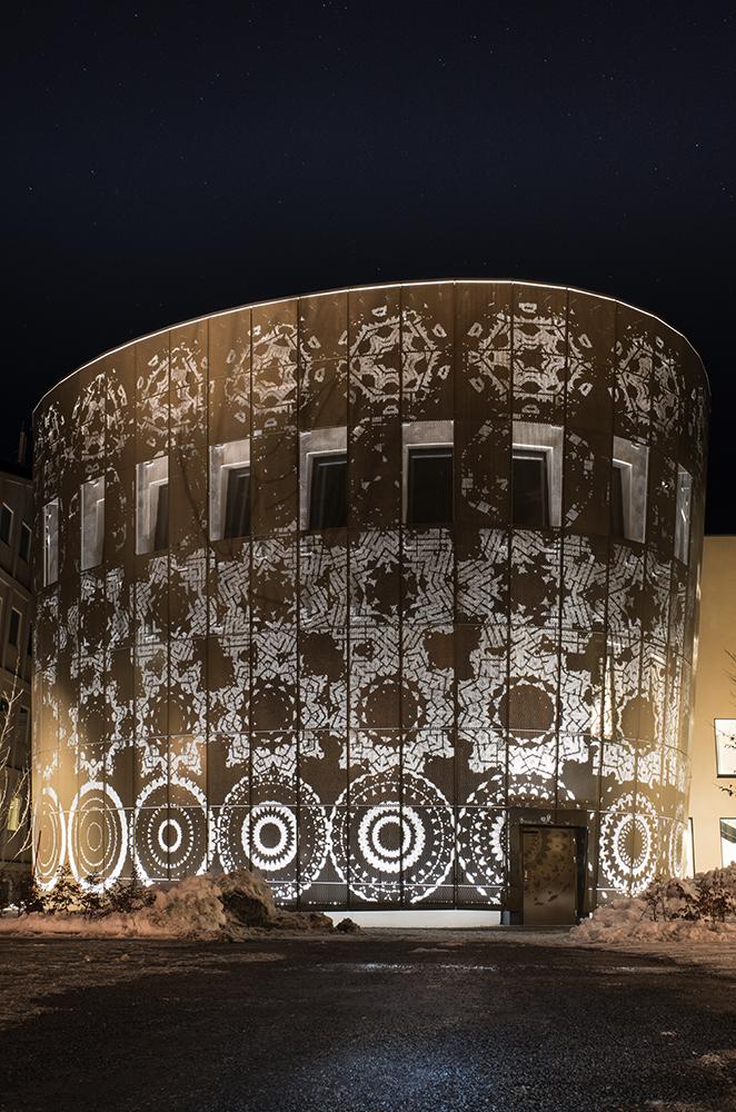 Blommönster på plåtfasad, Humanistiska teatern i Uppsala