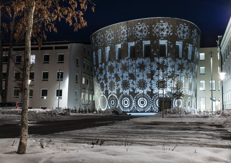 Översiktsbild på fasaden/ konstverket, blått ljus