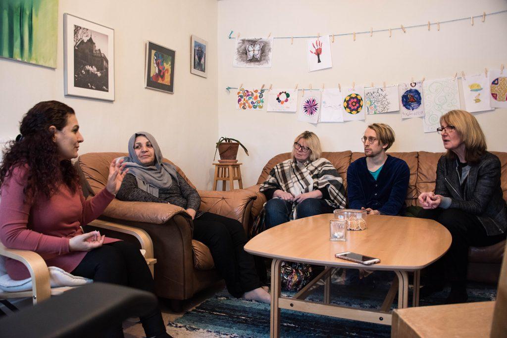 Personer från internationella kvinnoföreningen och representanter från statens konstråd samt Ljusdals kommun samtalar.