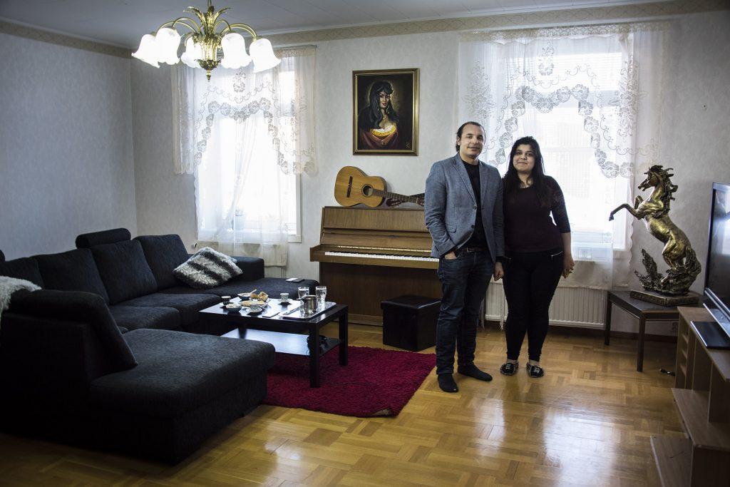 En man och en kvinna i ett vardagsrum.