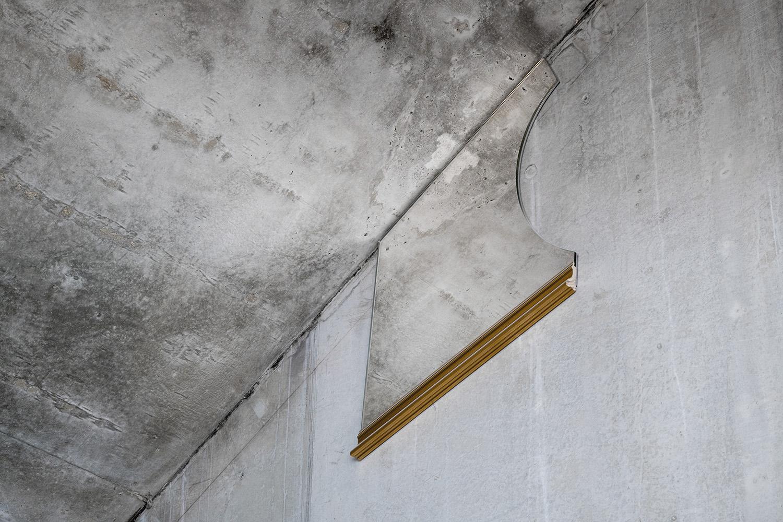 Hängd spegel mot betongvägg