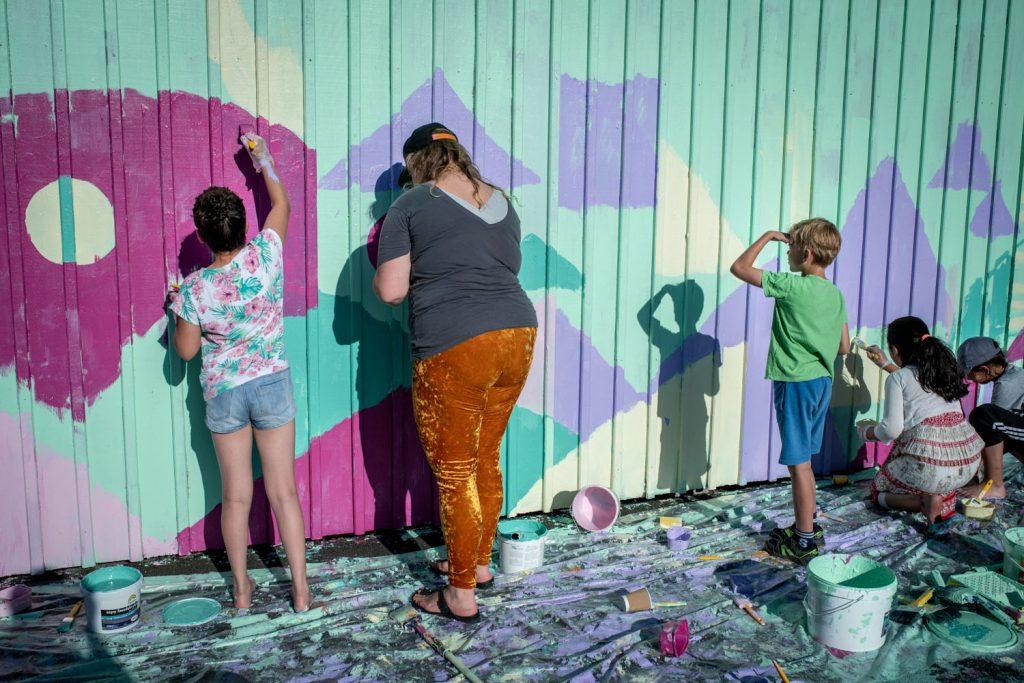 Vägg målas av ungdomar