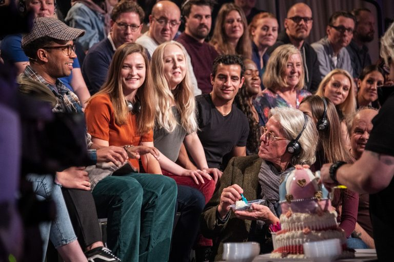 Publikhav som äter glass och skrattar.