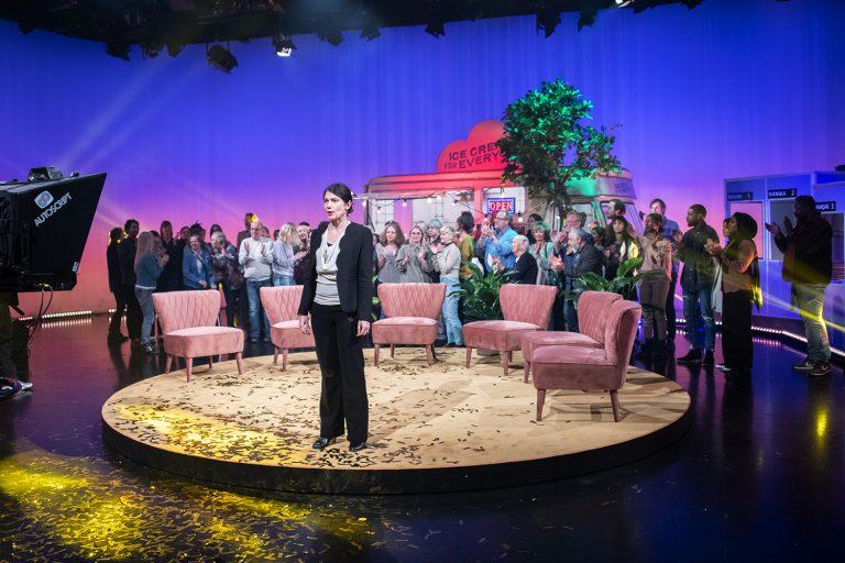 Publik i en tv-studio med en kvinna längst fram.