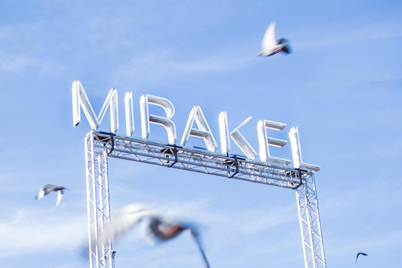 Ljusskylt med texten Mirakel.