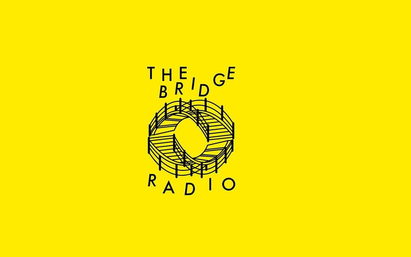 Logga formad som två broar med text the bridge radio