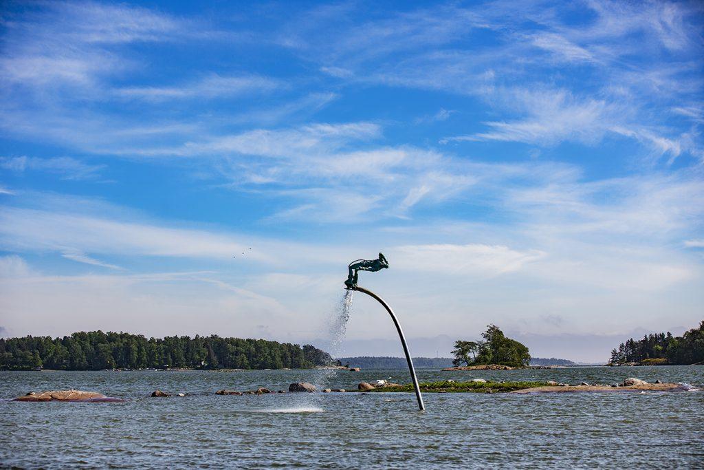 Bild på en skulptur placerad mitt i vattnet.