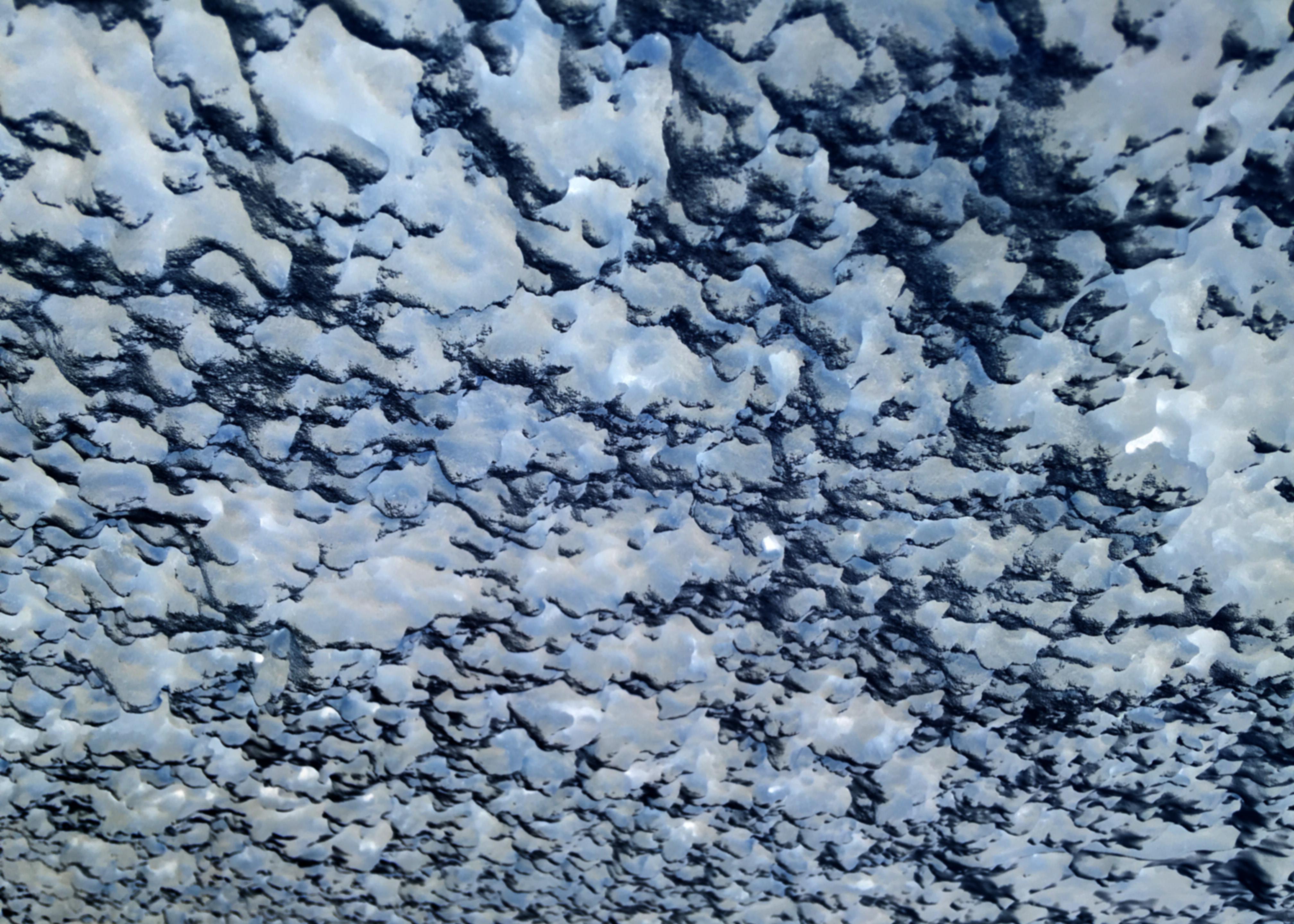 En abstrakt bild i blå toner föreställande molnformationer.