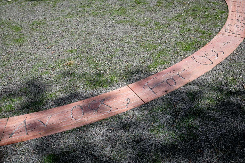 Stenplattor med inskription ligger i en cirkel på marken.