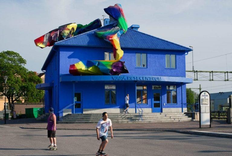 Katharina Grosse, Blue Orange, 2012. Konstnärlig helhetsgestaltning, Resecentrum i Vara