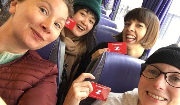 Fyra personer i en buss