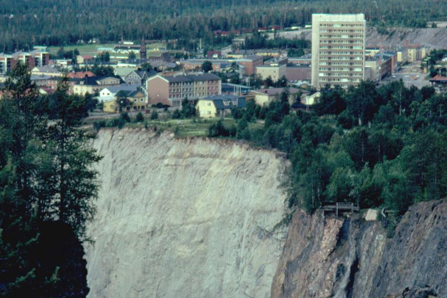 En stad på randen till ett djupt stup ner i berget.