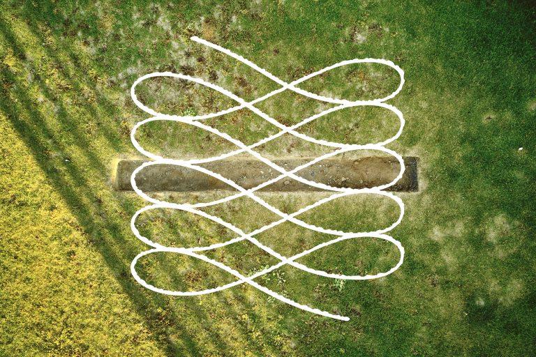 En gräsmatta som en långsmal grop har grävts i.