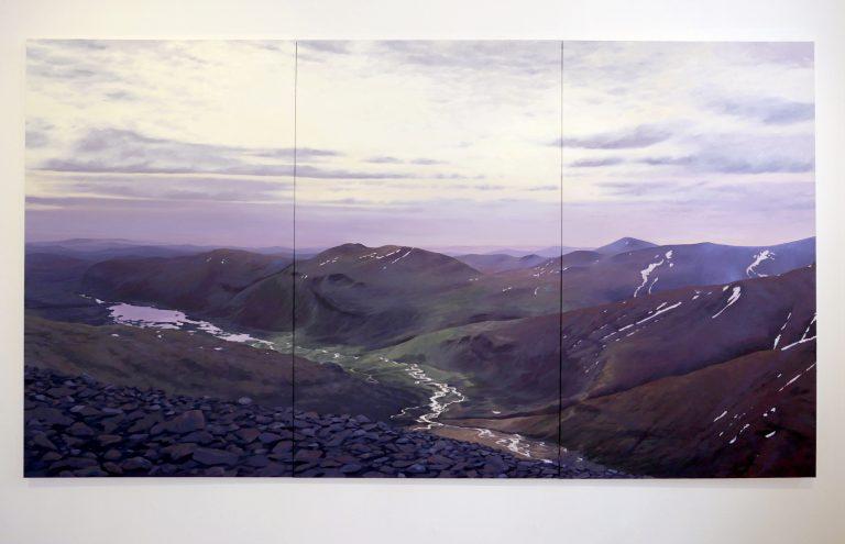 Målning av landskap med himmel, berg och en flod som rinner genom dalen.