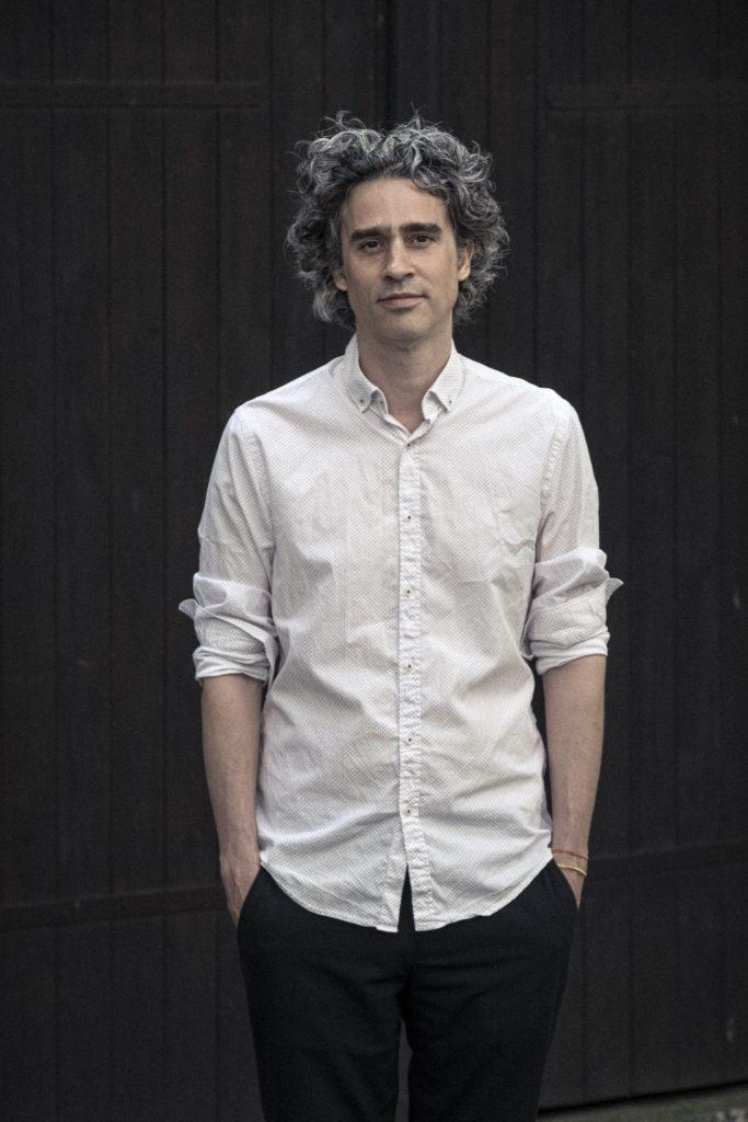 Bild på man med vit skjorta.