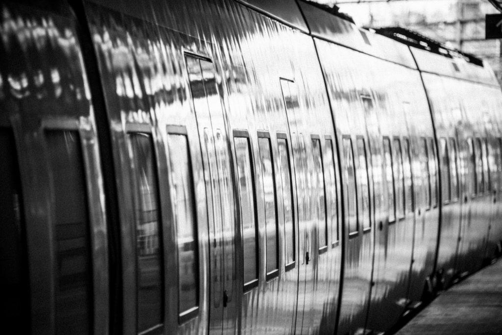 Sol reflekteras i tåg står stilla