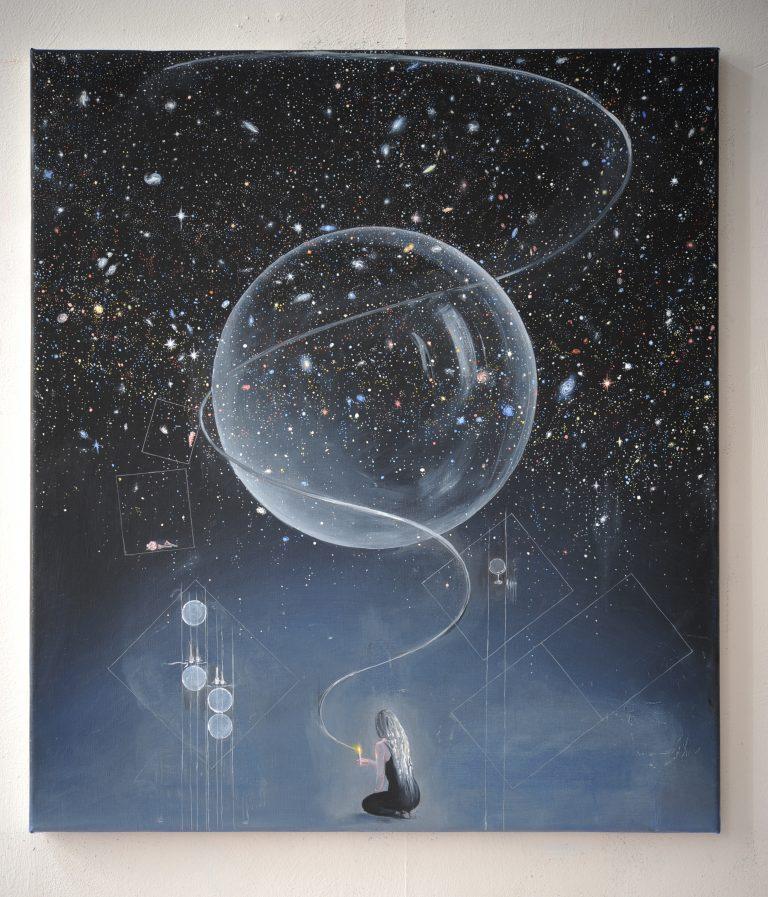 En målning. Mot en blåsvart bakgrund sitter en kvinna längste ner och klipper en tråd. En stor bubbla finns i bildens centrum.